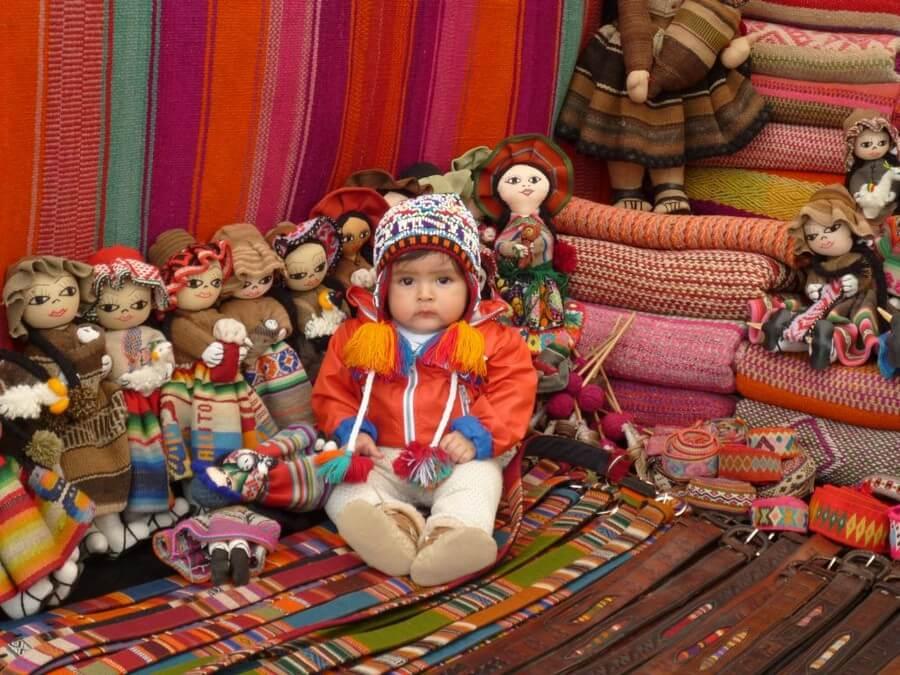 Klein jongetje in Pisac souvenirskraam