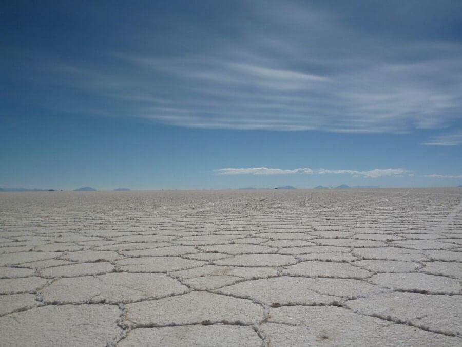 Zeshoekige vormen op de zoutvlakte