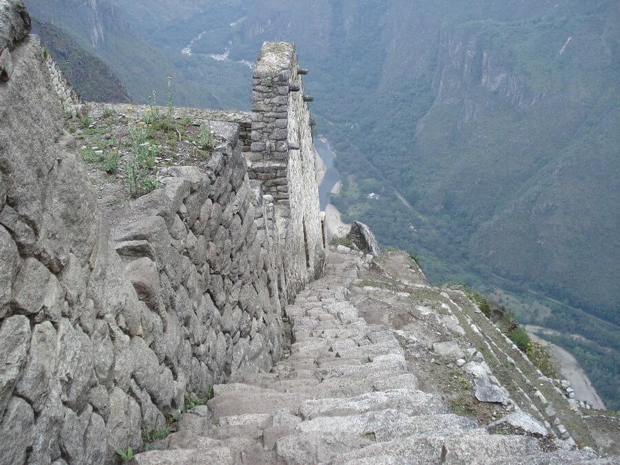 Treden aan de top van Huayna Picchu